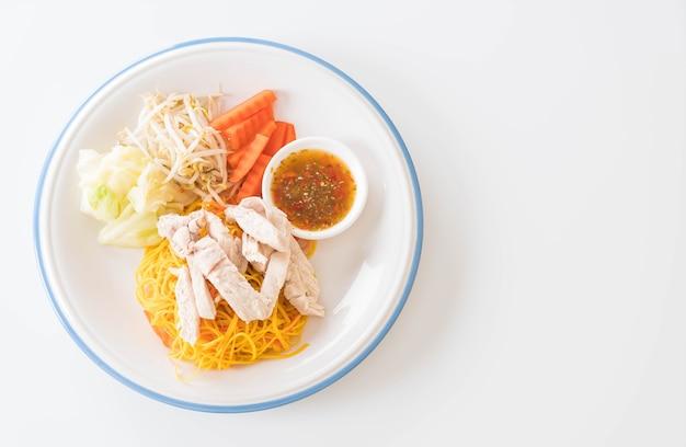 Mieszany smażony makaron z kurczakiem