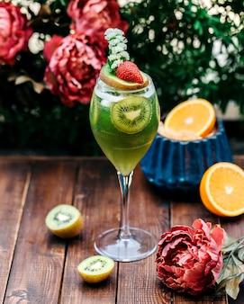 Mieszany sok owocowy ze świeżymi owocami w środku