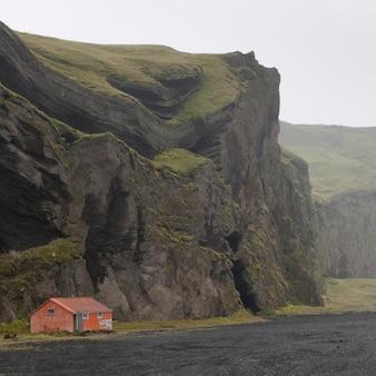 Mieszkać na plaines pod składanym górskim klifem