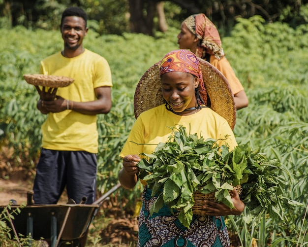 Mieszkańcy wsi razem w polu