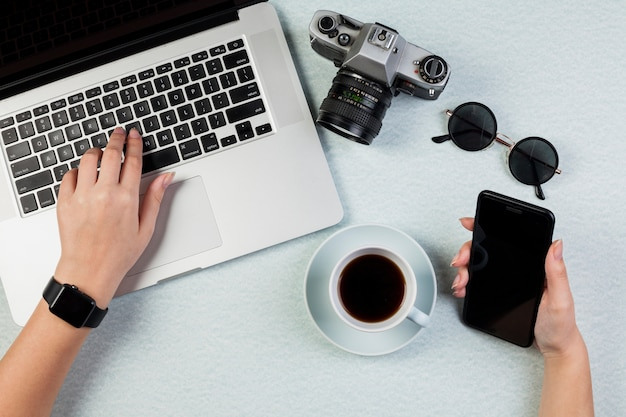 Mieszkanie leżał biurko koncepcja z szablonu smartphone