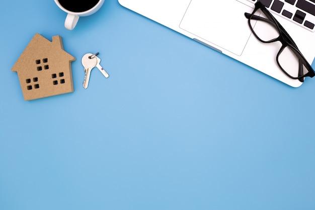 Mieszkanie leżał stół biurowy nowoczesne miejsce pracy z laptopem