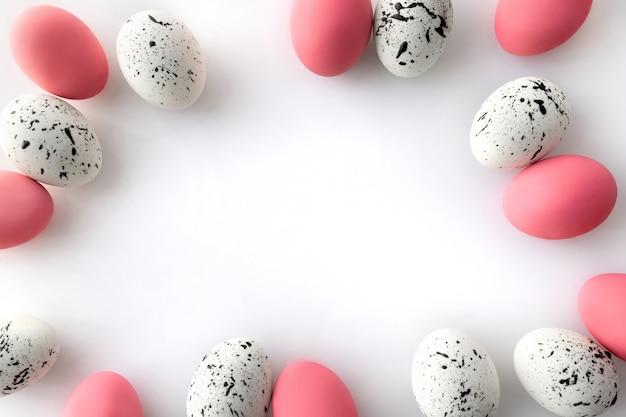 Mieszkanie leżał widok z góry jaja z minimalnymi wzorami na białym tle