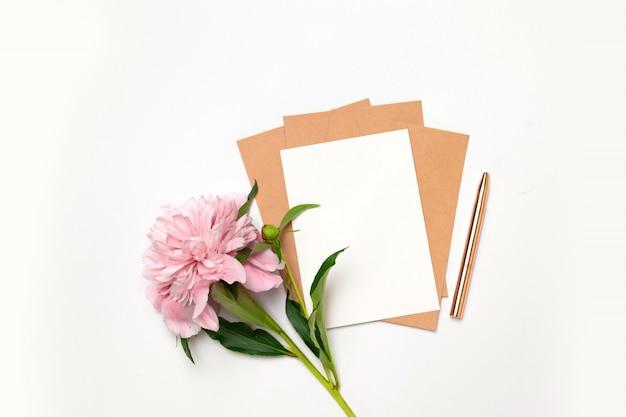 Mieszkanie leżał widok z góry poziomej minimalistycznej karty z kwiatami