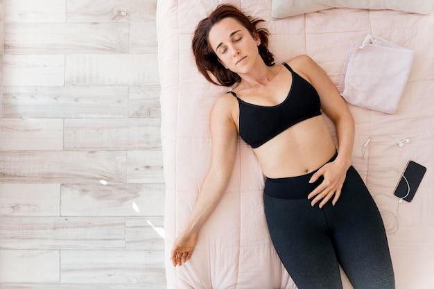 Mieszkanie leżała kobieta w łóżku