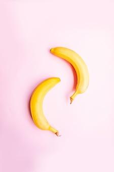Mieszkanie leżało dwa banany na różowym tle.