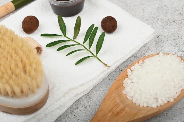 Mieszkanie leżało na naturalnych kosmetykach. płaski układ z akcesoriami, kosmetykami spa, solą do kąpieli, kremem i ręcznikami. pielęgnacja skóry, kosmetyki naturalne