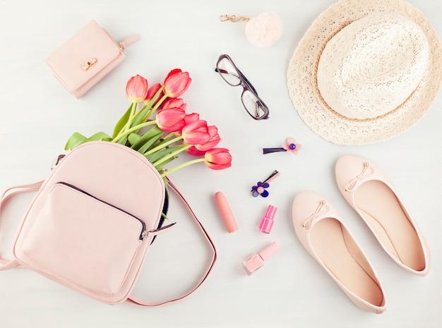 Mieszkanie leżało z akcesoriami letnich wiosennych dziewcząt w różowych pastelowych kolorach.