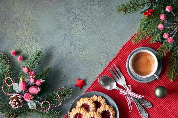 Mieszkanie leżało z dekoracjami świątecznymi w kolorze zielonym i czerwonym z matowymi jagodami i bibelotami
