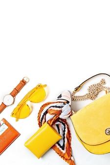 Mieszkanie leżało z kobiecymi akcesoriami w żółtych kolorach. moda, internetowy blog o urodzie, letni styl, zakupy i koncepcja trendów
