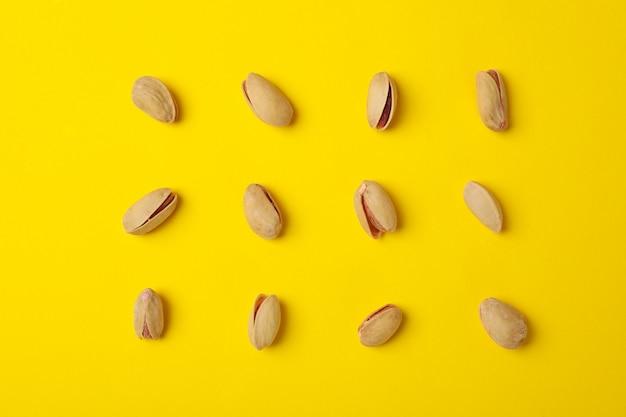 Mieszkanie leżało z pistacjami na żółtym tle. żywność witaminowa