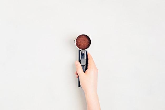 Mieszkanie leżało z porannym przygotowaniem kawy. energia na rozpoczęcie nowego dnia, koncepcja przerwy na kawę