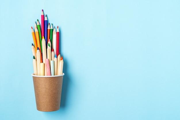 Mieszkanie leżało z powrotem na szkolnym banerze z ołówkiem w filiżance kawy przybory szkolne i artykuły papiernicze inne