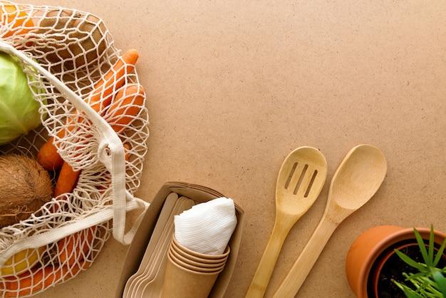 Mieszkanie leżało zero odpadów, naturalny styl życia w kuchni. torba na zakupy wielokrotnego użytku, drewniana kulka
