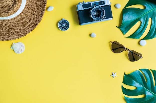 Mieszkanie świeckich akcesoriów podróżnych na żółtym tle. wakacje, koncepcja wakacji letnich. skopiuj miejsce