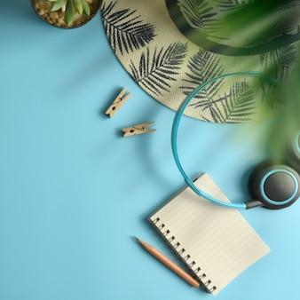 Mieszkanie świeckich, górny widok obszaru roboczego niebieskie tło. lato stylowy blogger podróżnik.
