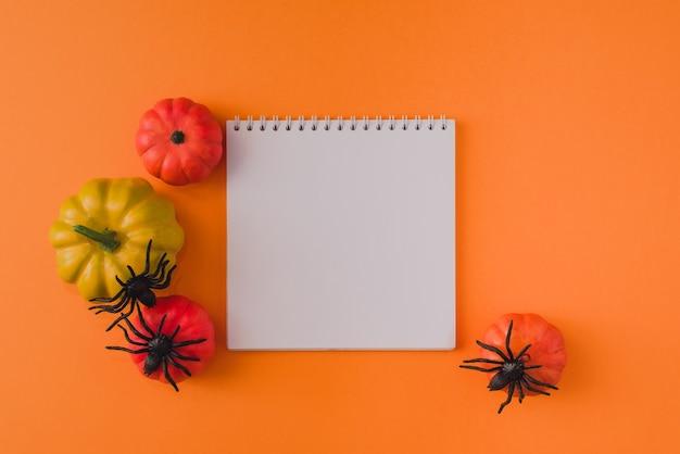 Mieszkanie świeckich skład halloween na pomarańczowym tle z makiety. koncepcja halloween. pusta rama płótna i dekoracja halloween. plakat makiety halloween.
