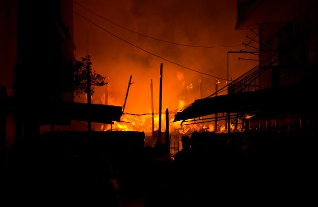 Mieszkanie w mieszkaniu płonie i pali się w nocy