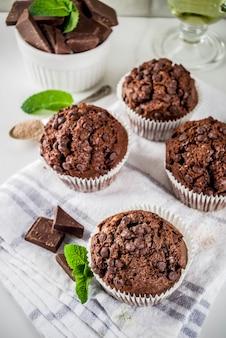 Miętowe i czekoladowe babeczki z miętą