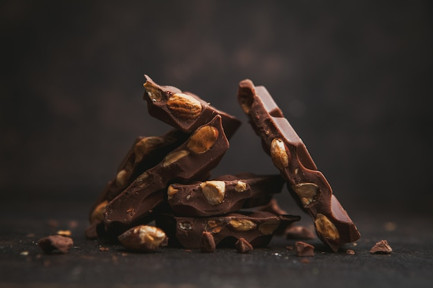 Migdałowy widok z boku z czekoladą na ciemnobrązowym.