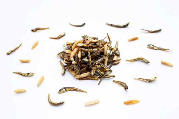 Migdały mixed anchovy na białym tle.