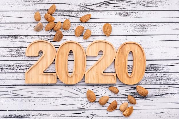 Migdały otaczały drewniane płyty w widoku z góry w kształcie 2020 roku