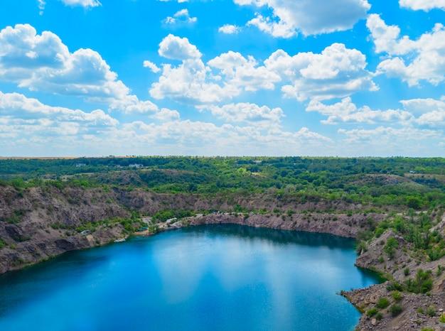 Migia radon radioaktywne jezioro. opuszczony kamieniołom granitu w obwodzie mikołajowskim na ukrainie.