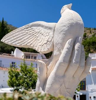 Mijas, andaluzja/hiszpania - 3 lipca: posąg gołębia w dłoni w mijas andalucía hiszpania 3 lipca 2017 r.