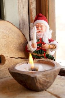 Mikołaj i świeca w ozdobnym kokosie