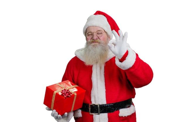 Mikołaj pokazuje znak ok.