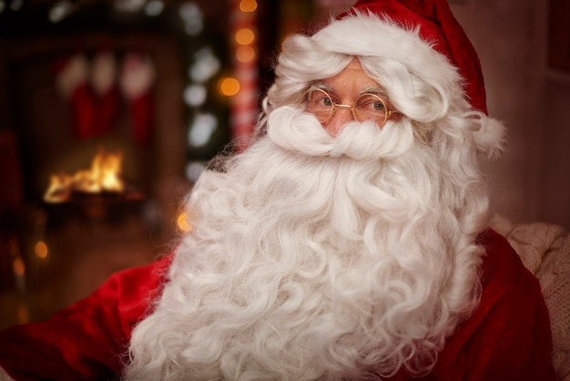 Mikołaj rozgrzewa się przy kominku