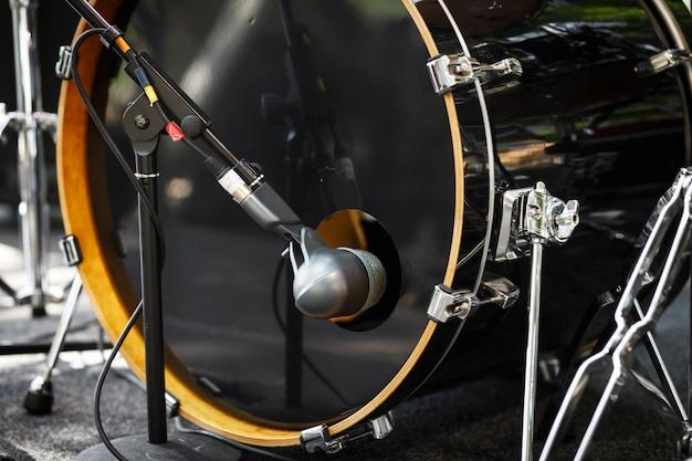 Mikrofon bębnowy z bliska. zestaw perkusyjny.