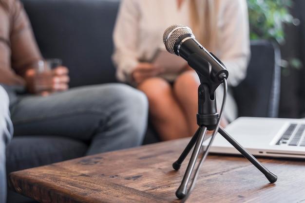 Mikrofon dziennikarski na biurku