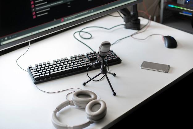 Mikrofon i komputer w studiu radiowym, nagranie przemówienia na żywo