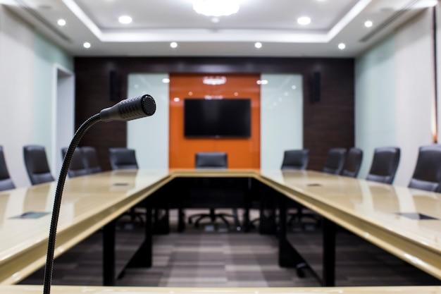 Mikrofon i nowoczesna stołowa sala konferencyjna biznes w biurze