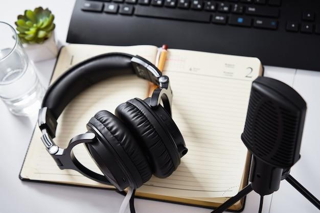 Mikrofon i słuchawki na stole, widok z góry. miejsce pracy podcastów radiowych