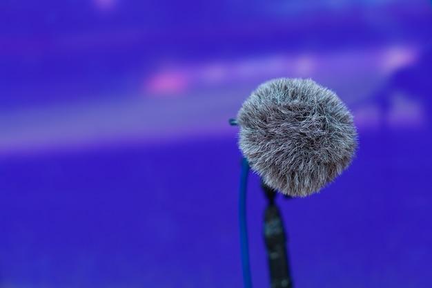 Mikrofon kierunkowy na boisku piłkarskim do nagrywania dźwięku meczu