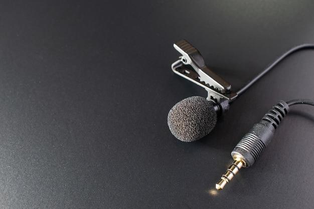 Mikrofon, mikrofon na czarnym stole