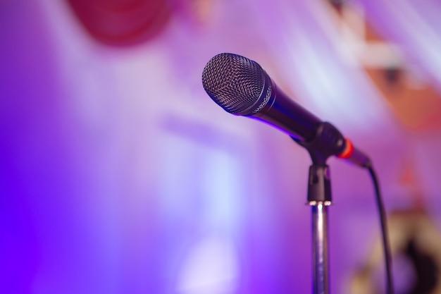Mikrofon. mikrofon na scenie. pub. bar. restauracja. klasyczny. wieczór. nocny pokaz. europejska restauracja. bar europejski. amerykańska restauracja bar amerykański