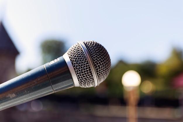 Mikrofon na abstrakcjonistycznym blure światła bokeh tle
