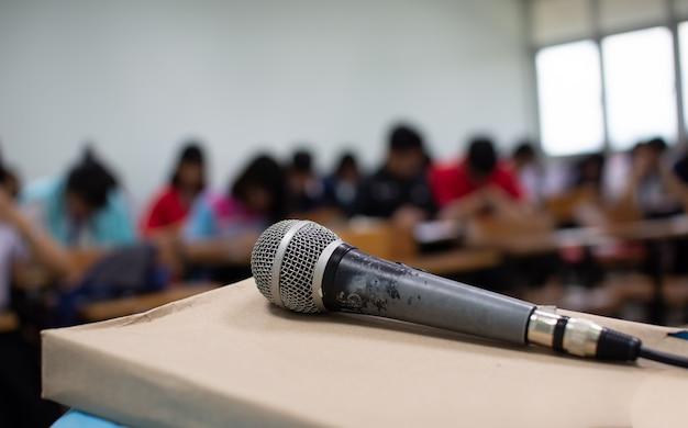 Mikrofon na biurku przed pokojem konferencyjnym.