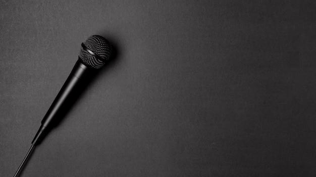 Mikrofon na czarnym stole z miejscem na kopię