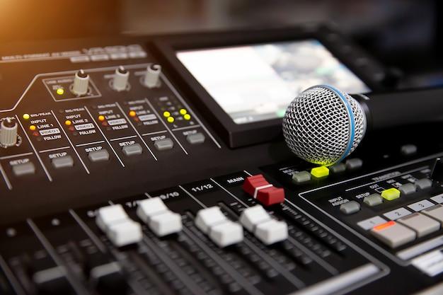 Mikrofon na mikserze dźwięku w studio do nagrywania.