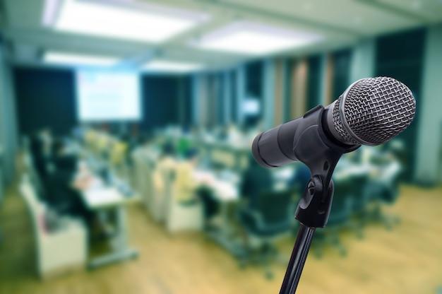 Mikrofon na niewyraźne forum biznesowe spotkanie lub konferencja