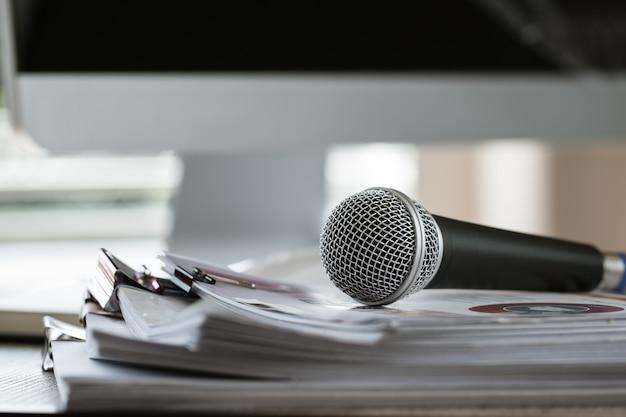 Mikrofon na papierowym dokumencie na seminarium dla mówcy lub nauczyciela wykładowego na uniwersytecie w klasie