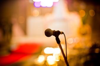 Mikrofon na scenie, głośnik