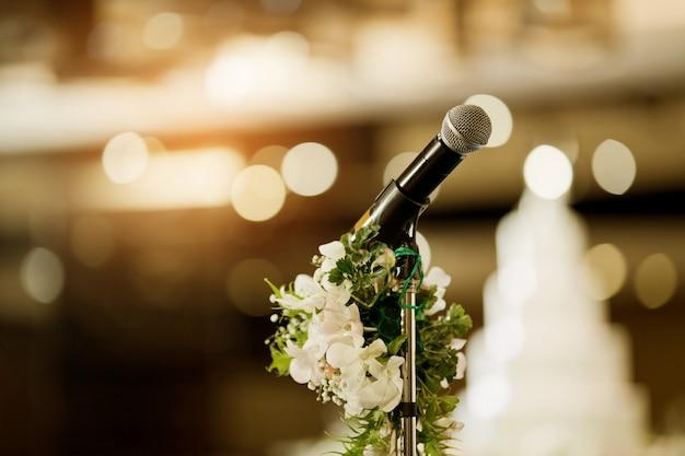 Mikrofon na scenie, głośnik, konferencja