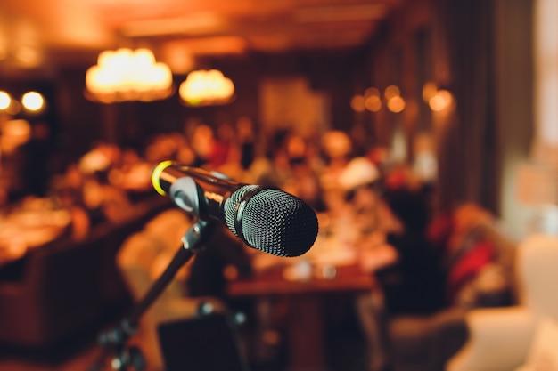 Mikrofon na scenie na tle audytorium.
