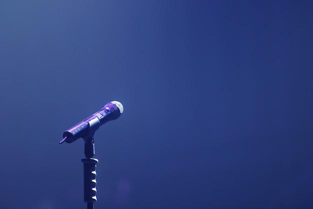 Mikrofon na scenie