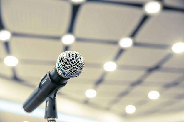 Mikrofon na stojaku do wystąpień publicznych.